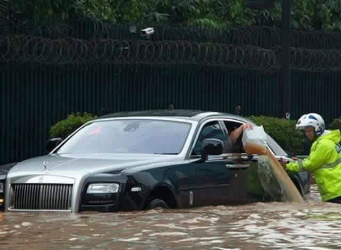 This photo was not taken in Vietnam. It only serve to show you that money doesn't matter to the rain.