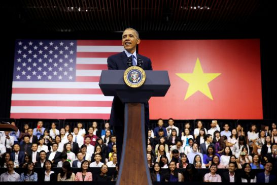 obama-tells-his-life-stories-and-inspires-young-vietnamese
