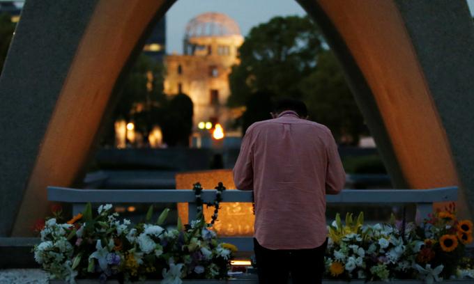 Obama to make history, stirs debate with Hiroshima visit