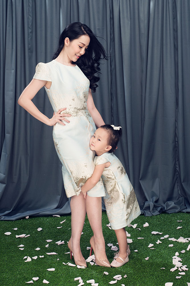 For the first introduction on the occasion of Children's Day, the couple wear clothes by brand PHUONG MY and BABY PHUONG MY.