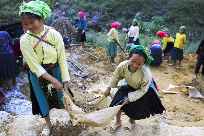 mountainous-kids-take-on-back-breaking-work-with-a-smile