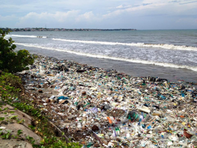 tourists-help-with-vietnam-beach-clean-up-as-authorities-drag-their-heels