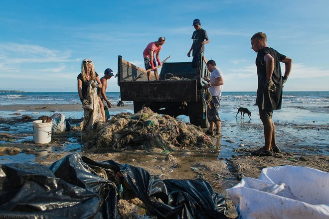 tourists-help-with-vietnam-beach-clean-up-as-authorities-drag-their-heels-2