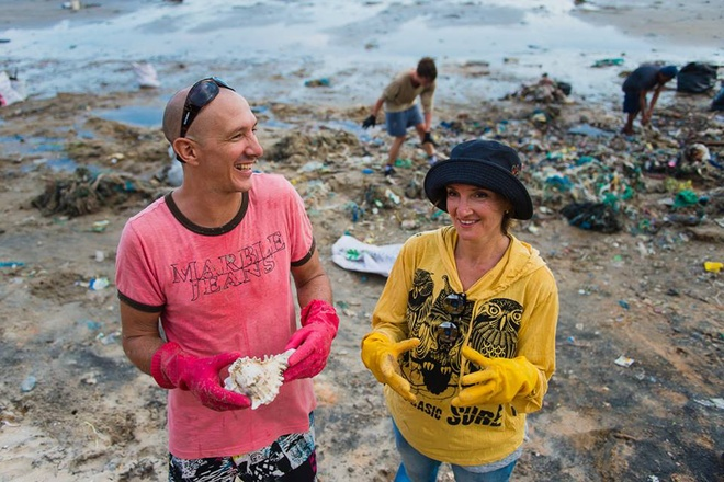 tourists-help-with-vietnam-beach-clean-up-as-authorities-drag-their-heels-3