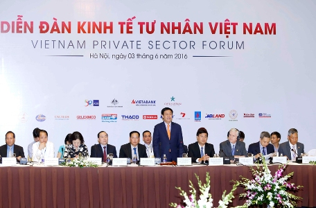 Deputy Prime Minister Vuong Dinh Hue (standing) at the forum. Photo by VGP/Nhat Bac