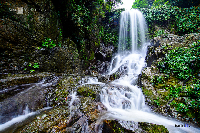 Khoang Xanh, where the waterfalls pour down the hardest, lies 60 kilometers to the northwest of Hanoi, in a jungle area.