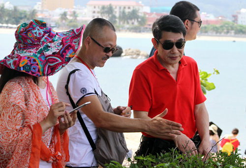 A Chinese man (white T-shirt) presents to guests in Nha Trang. Photo by VnExpress/Xuan Ngoc
