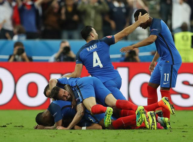 Soccer-Payet's late stunner helps France floor Romania
