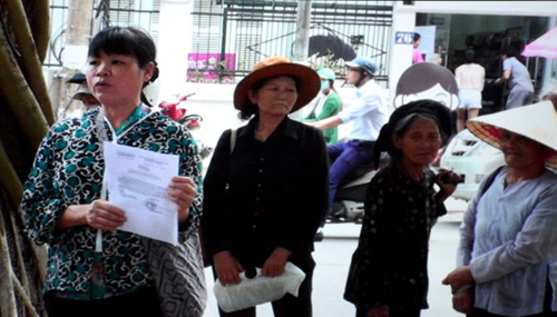 Can Thi Theu (L). Photo provided by Hanoi Police.