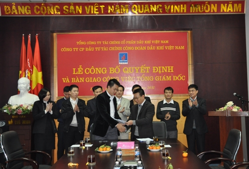 Vu Quang Hai (L) receiving an appointment decision to become general manager of PVFI in 2011.