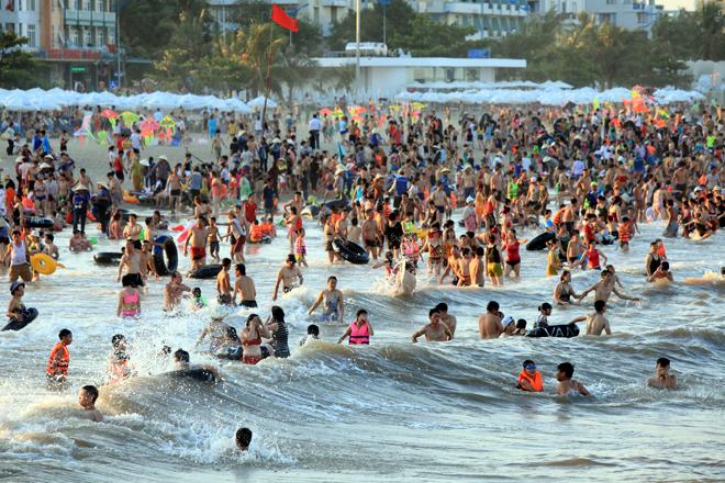 human-tsunami-touches-down-on-vietnam-beach-1