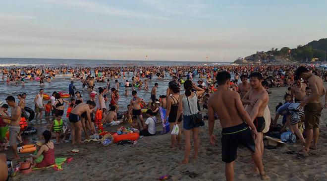 human-tsunami-touches-down-on-vietnam-beach-2