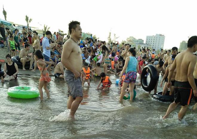 human-tsunami-touches-down-on-vietnam-beach-4