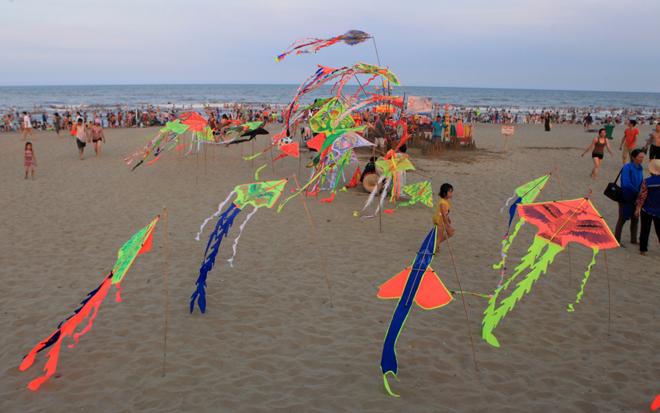 human-tsunami-touches-down-on-vietnam-beach-5