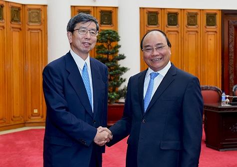 Prime Minister Nguyen Xuan Phuc (R) and ADB President Takehiko Nakao (L). Photo by VGP/Quang Hieu