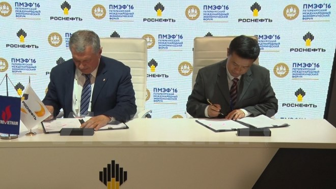 Rosneft CEO Igor Sechin (L) and PV Oil Vice-President Vo Khanh Hung (R) at the signing ceremony. Photo by VietnamPlus/Khanh Hung