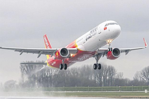 low-cost-carrier-vietjet-air-ready-for-take-off-in-thailand