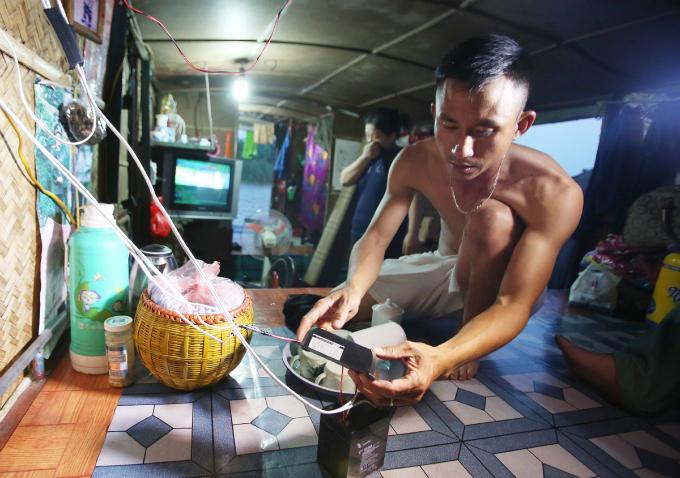 plastic-bucket-generators-lighten-load-of-living-costs-for-vietnamese-people-5