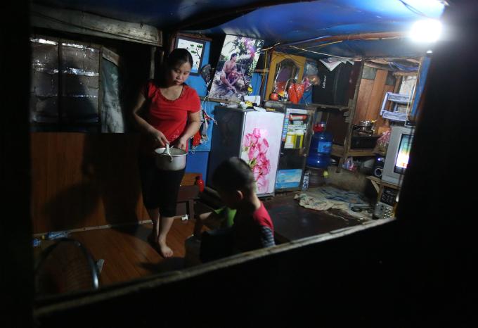 plastic-bucket-generators-lighten-load-of-living-costs-for-vietnamese-people-6