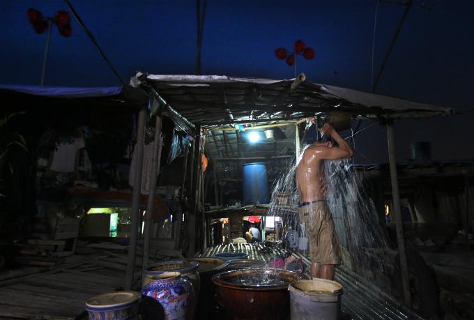 plastic-bucket-generators-lighten-load-of-living-costs-for-vietnamese-people-7