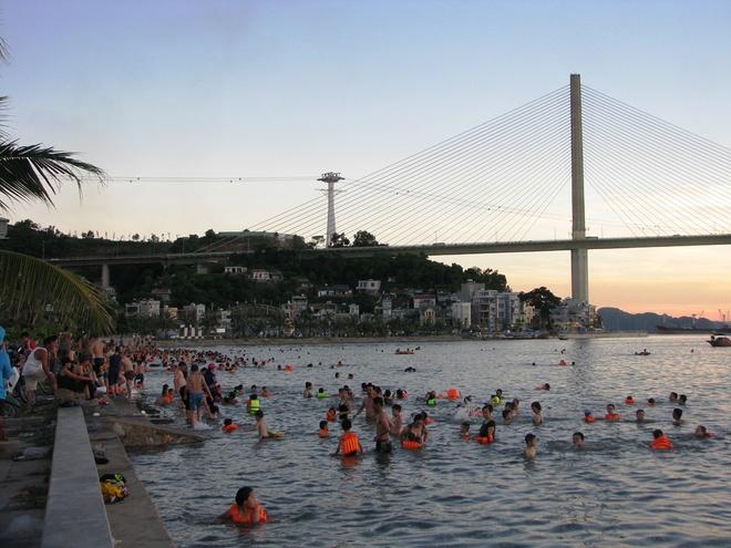 ha-long-locals-risk-dangerous-waters-to-escape-summer-sun-3
