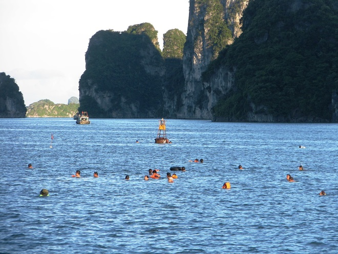 ha-long-locals-risk-dangerous-waters-to-escape-summer-sun-2