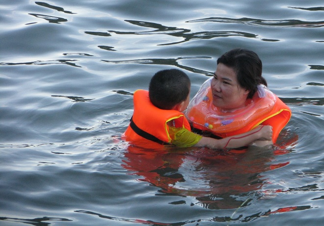 ha-long-locals-risk-dangerous-waters-to-escape-summer-sun-6