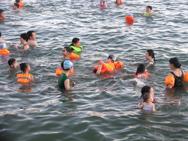 ha-long-locals-risk-dangerous-waters-to-escape-summer-sun-5