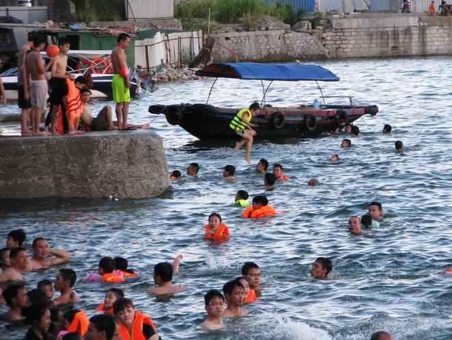 ha-long-locals-risk-dangerous-waters-to-escape-summer-sun-4