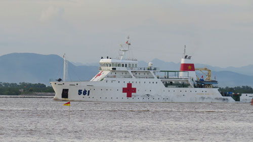 A Vietnamese Navys hospital ship carrying the bodies to shore. Photo by VnExpress/Giang Chinh