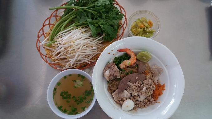 while-hanoi-has-pho-saigon-has-hu-tieu-4