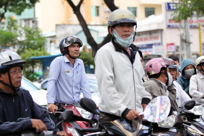 saigon-parents-take-to-the-sidewalks-in-wait-for-their-small-soldiers-8