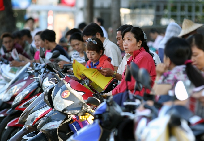 saigon-parents-take-to-the-sidewalks-in-wait-for-their-small-soldiers