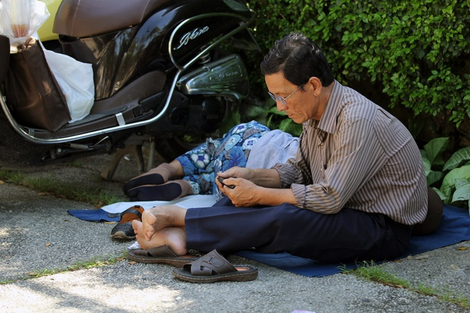 saigon-parents-take-to-the-sidewalks-in-wait-for-their-small-soldiers-3
