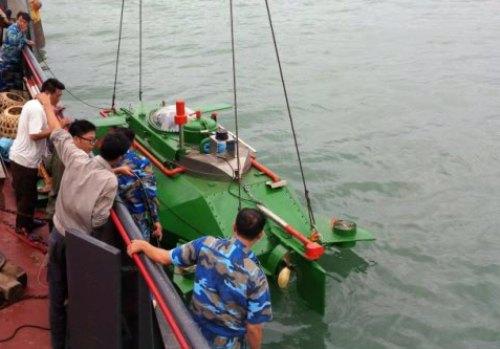 The Hoang Sa mini-submarine at sea in the trial runs on Sunday. Photo by VnExpress/Giang Chinh