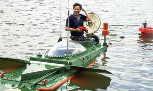 Vietnamese inventor launches mini-submarine on first ocean trials