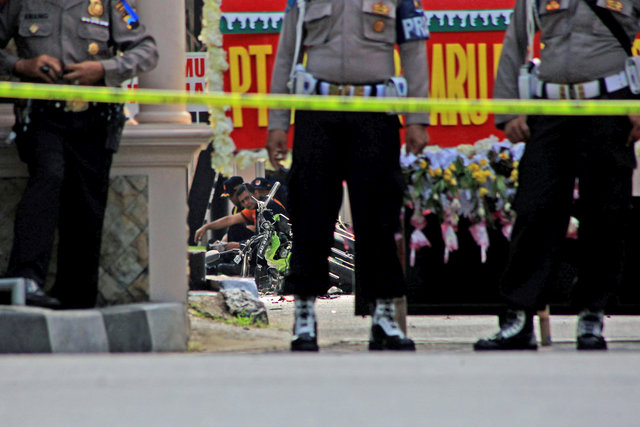 suicide-bomber-attacks-indonesian-police-station-wounding-one