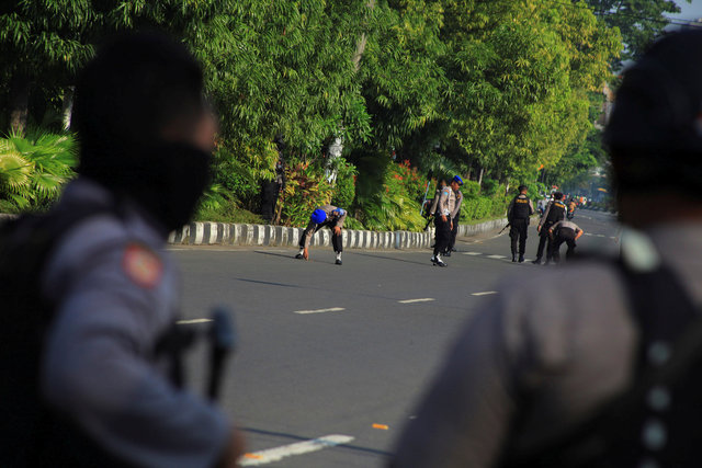suicide-bomber-attacks-indonesian-police-station-wounding-one-1