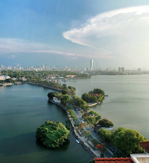 Thanh Nien Road, the road that separates Truc Bach Lake and the famous West Lake in Hanoi, helped secure Nguyen Ngoc Ban one of the third prizes.