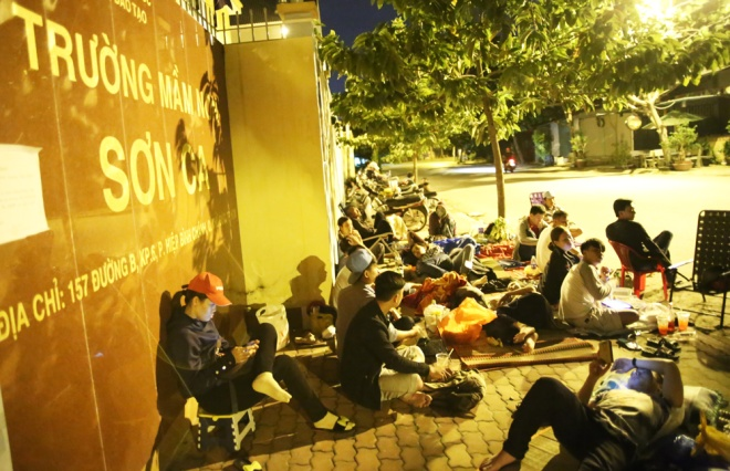 HCMC parents sleep at kindergarten gate to submit applications
