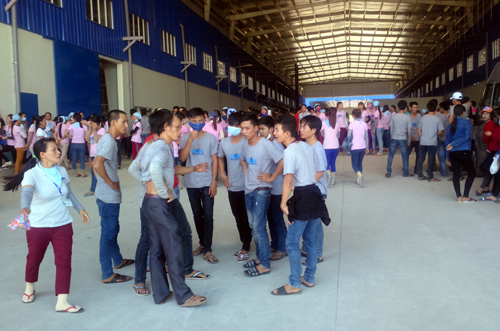 1-000-vietnamese-workers-strike-after-south-korean-factory-docks-wages
