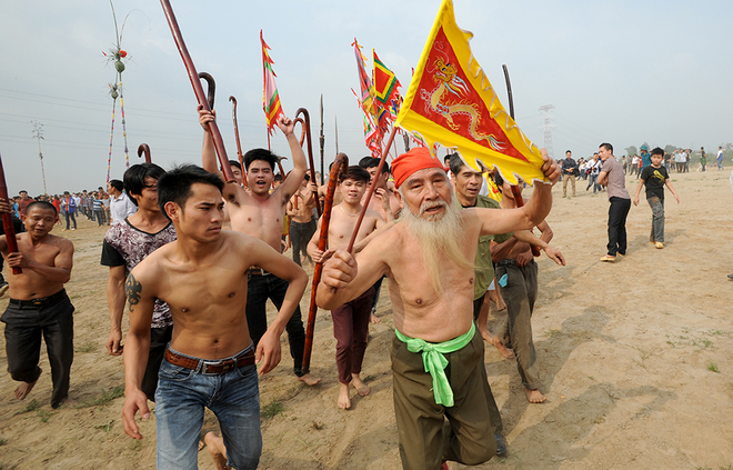 Villagers getting ready for action. Photo by VnExpress/Giang Huy