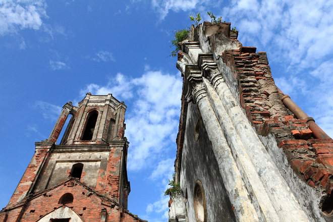 The wrecked church used to be St. Maria Madalena Church, built in 1943.