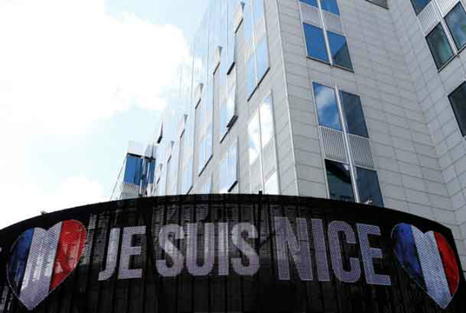 An electronic board displays Je suis Nice in honor of the victims of the Bastille Day truck attack in Nice, outside the European Parliament in Brussels, Belgium, July 15, 2016. Photo by Reuters/Francois Lenoir