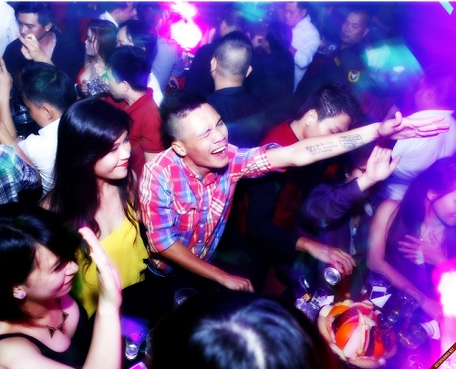 bar-flies-to-boozers-seven-kinds-of-people-lurking-in-vietnamese-clubs-4