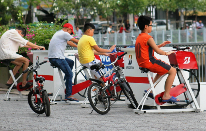 pedal-power-purifies-polluted-saigon-canal
