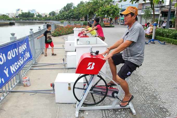 pedal-power-purifies-polluted-saigon-canal-1