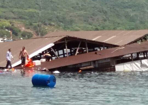 2-dead-after-floating-restaurant-collapse-in-southern-vietnam