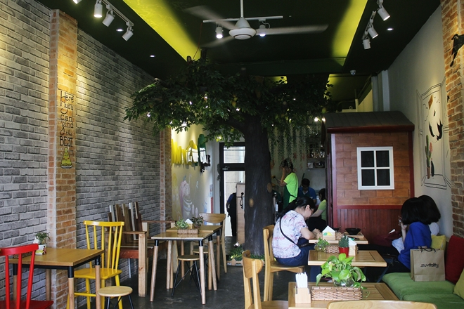 not-such-a-waste-of-space-businesses-spring-up-in-saigons-old-apartment-blocks-5