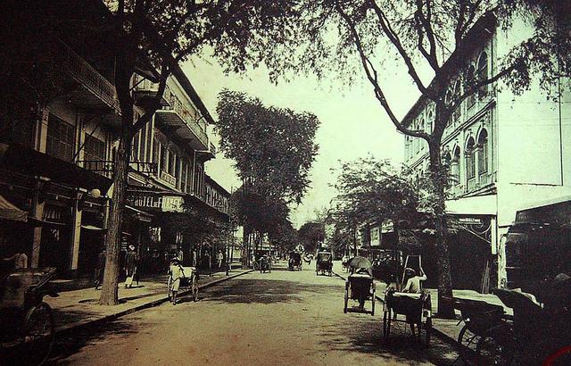 SAIGON đầu thập niên 1900 - Rue Catinat nhìn về phía nhà thờ - Bên trái hình là gần ngã ba Tự Do-Nguyễn Thiệp ngày nay.